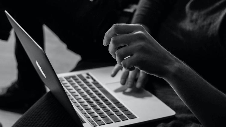 パソコン操作してる手元の写真